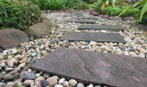استفاده از سنگ فرش های طبیعی در فضای سبز ویلا