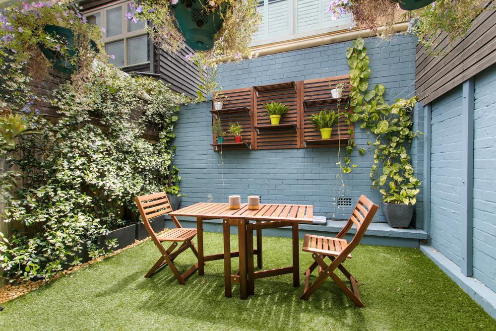 بازسازی و زیباسازی محوطه و حیاط